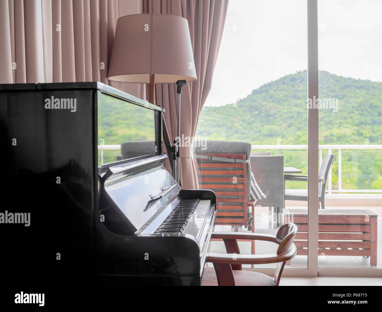 Klassisches Klavier Im Wohnzimmer Mit Stuhl Und Stehlampe In Der
