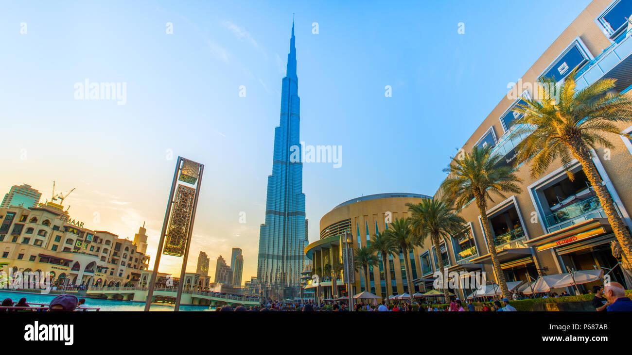 Abend Geschossen von Weltweit größte Gebäude Burj Khalifa Dubai Mall Down Town, Wasser Brunnen Stockbild