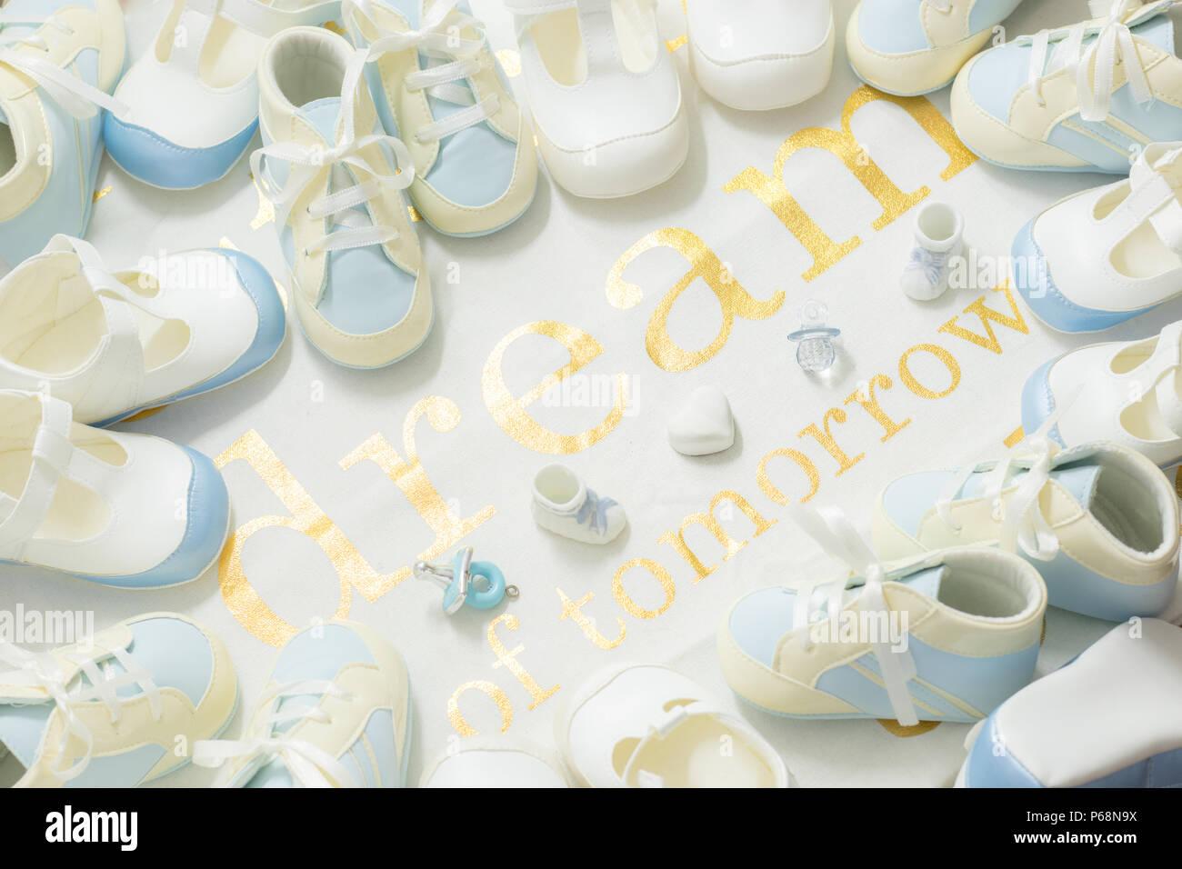 Baby Boy blue Stiefeletten Rahmen auf ein weißes Tuch Hintergrund ...