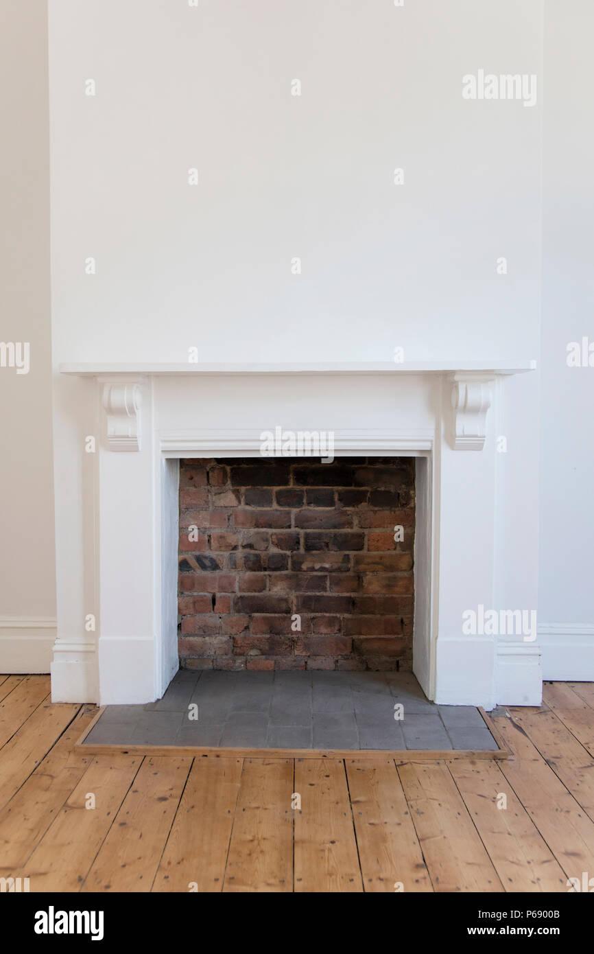 Fesselnd Victoriran Kamin Umgeben, Mit Weißen Wänden Und Holzfußboden Stockbild