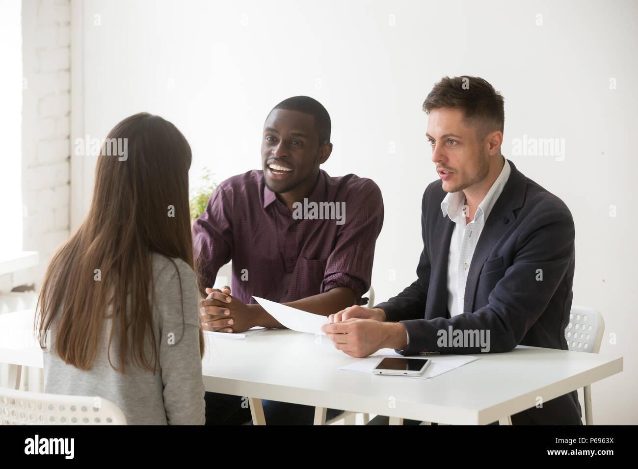 Freundlich multiethnischen hr Team unter Berücksichtigung weiblicher Kandidaten positi Stockbild