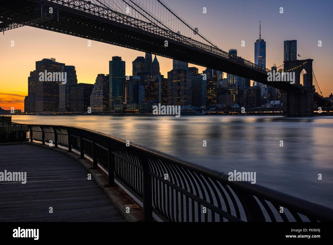 Lower Manhattan Wolkenkratzer und der Brooklyn Bridge bei Sonnenuntergang vom Empire Fulton Ferry Park (Brooklyn). Manhattan, New York City Stockbild