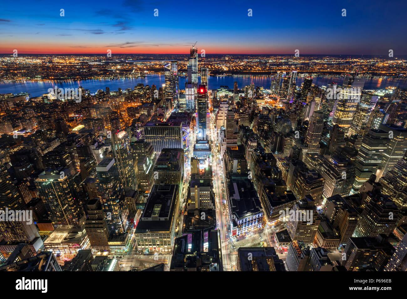 New York City, NY, USA-Mach 11, 2018: Luftaufnahme von Manhattan Midtown West mit neuen Hudson Yards Wolkenkratzer im Bau in der Dämmerung. Stockbild
