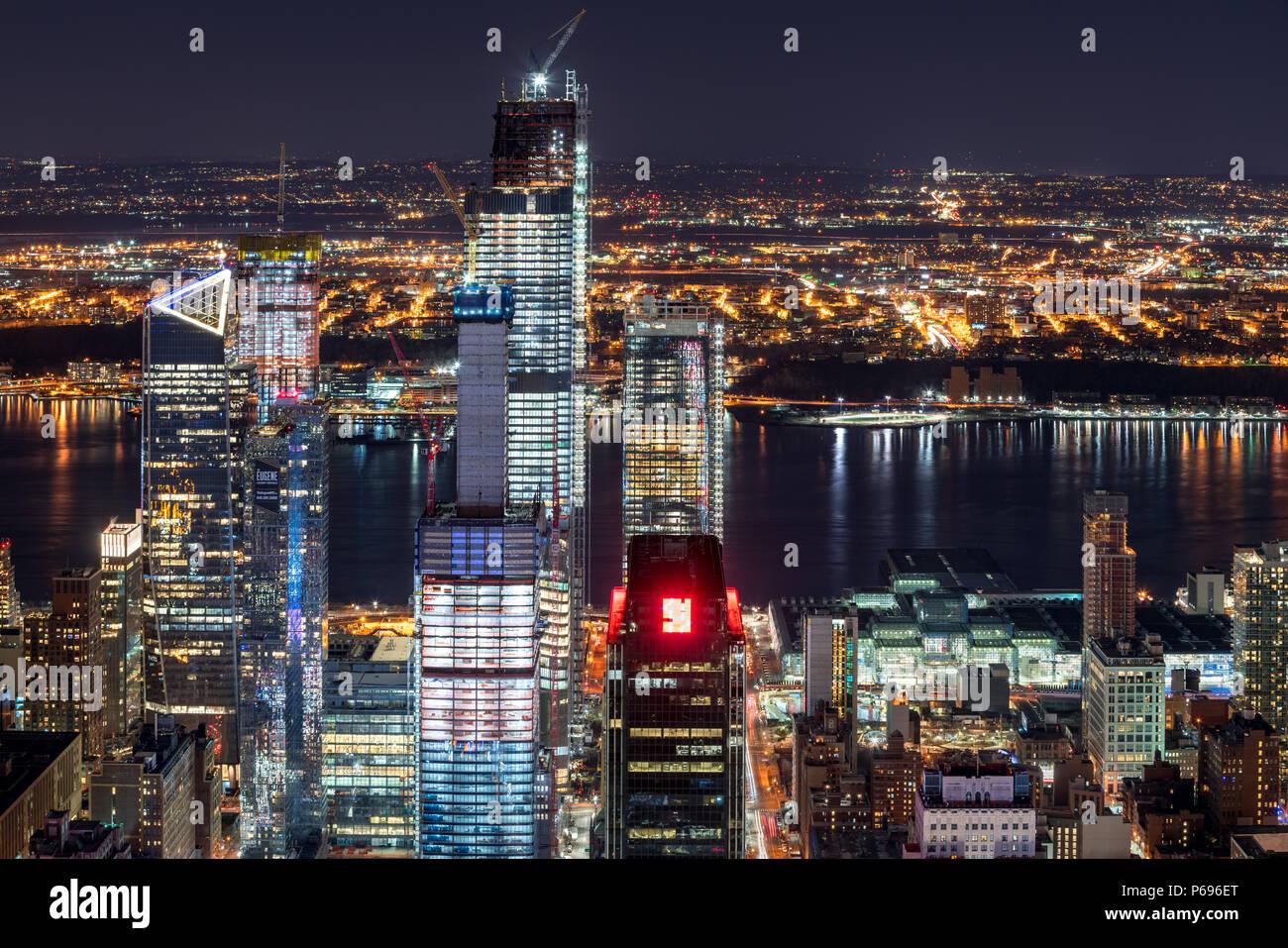 New York City, NY, USA-Mach 11, 2018: Nacht Luftbild von Hudson Yards Wolkenkratzer im Bau mit den Hudson River. Chelsea, Manhattan Stockbild