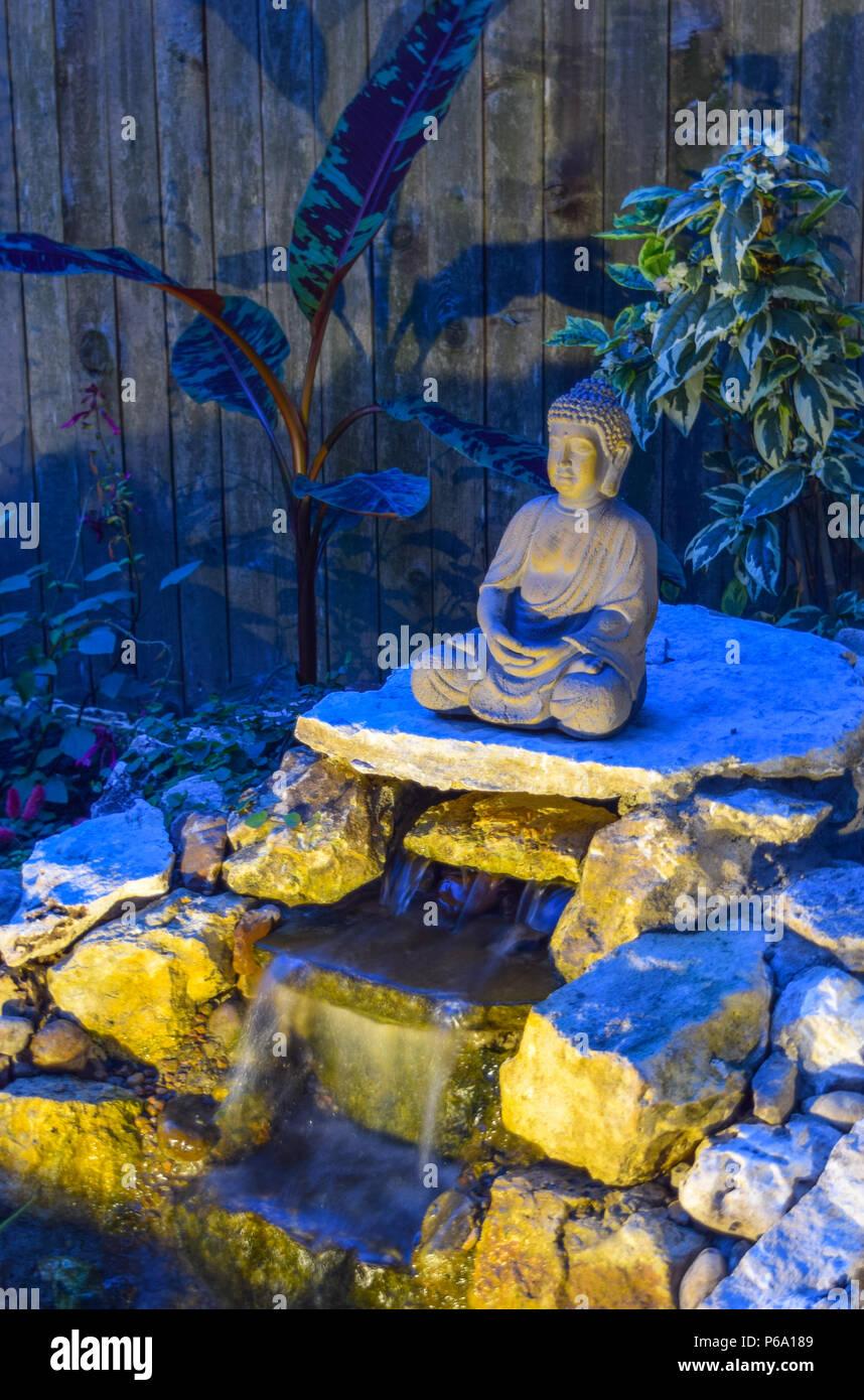 Kreative Landschaft Beleuchtung Scheint Auf Ein Buddha In Einem Zen Garten  Oase Im Hinterhof Eines Hauses