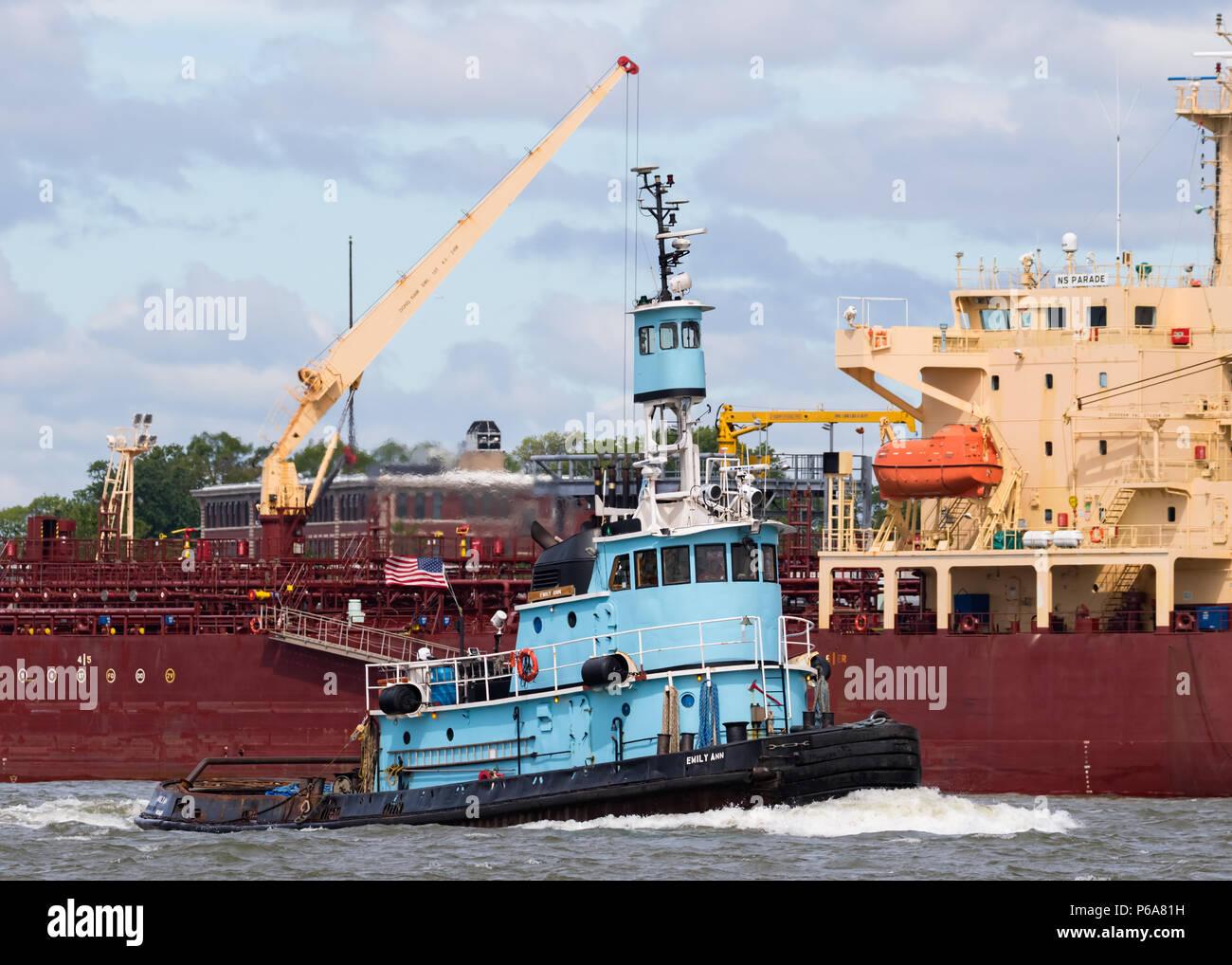 DonJon Marine Tug Boat EMILY ANN nach Osten auf den Kill Van Kull, der Tanker NS-Parade an der IMTT Bayonne vertäut. Stockfoto