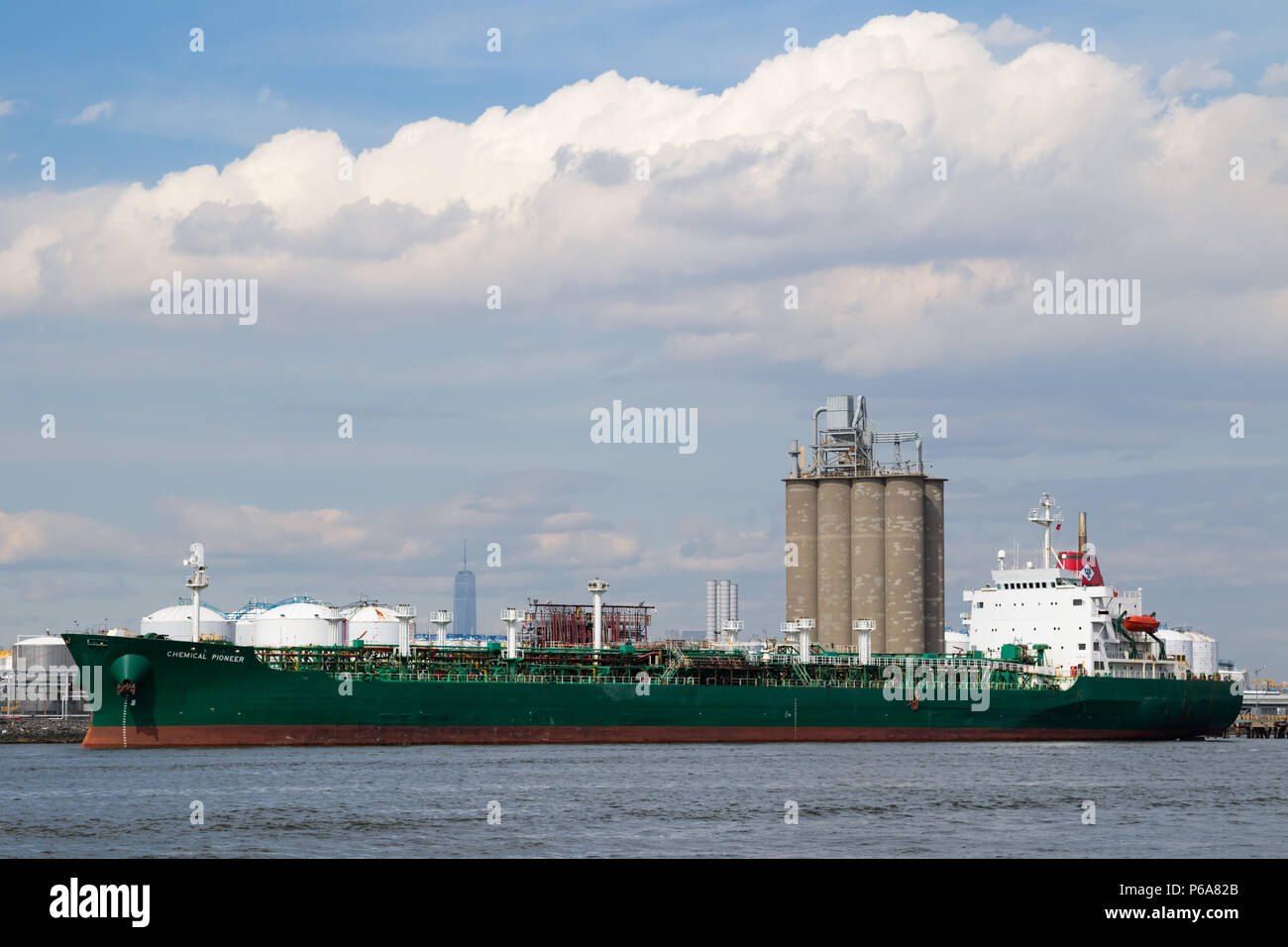 US Shipping Corporation Petroleum tanker Chemische Pioneer günstig entlang den Kill Van Kull in Bayonne NJ Stockfoto