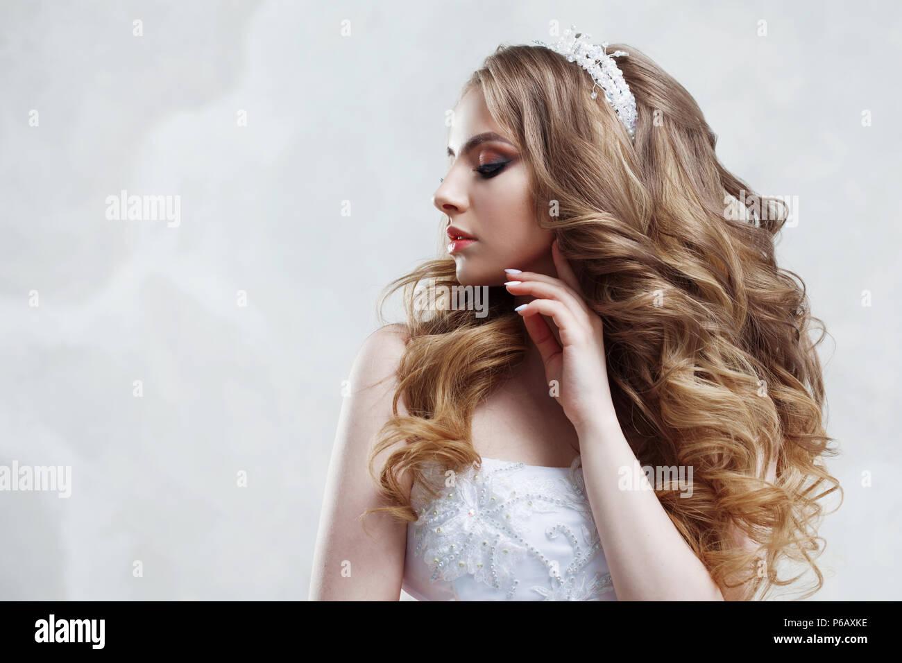 Junge Hübsche Braut Im Brautkleid Make Up Und Frisur Mit Voluminöse
