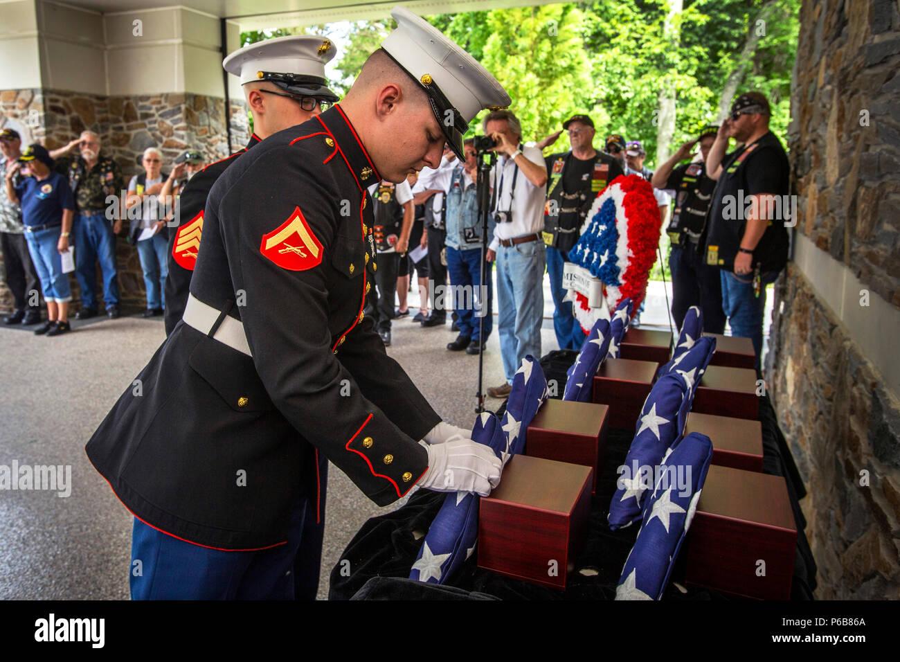 Us Marine Corps Lance Cpl. Tyler Eichman-Cothern, Links, eine Flagge vor eine Urne mit den cremains eines Veterans als Sgt. Gregory Perez steht an Aufmerksamkeit während der 29 New Jersey Mission der Ehre (NJMOH) Zeremonie an der Brigadier General William C. Doyle Veterans Memorial Friedhof im Norden Hannovers Township, New Jersey, 21. Juni 2018. Die cremains von eine Welt krieg ich Veteran Joseph S. Bey, zwei Weltkriegveterane Arthur L. Hodges und James C. Warren, zwei Korean War Veterans Wilbur J. durchbohren und Claude Robinson, drei Vietnam Veteranen Joseph F. Boone jr., Malachia Rich jr. und Stockbild
