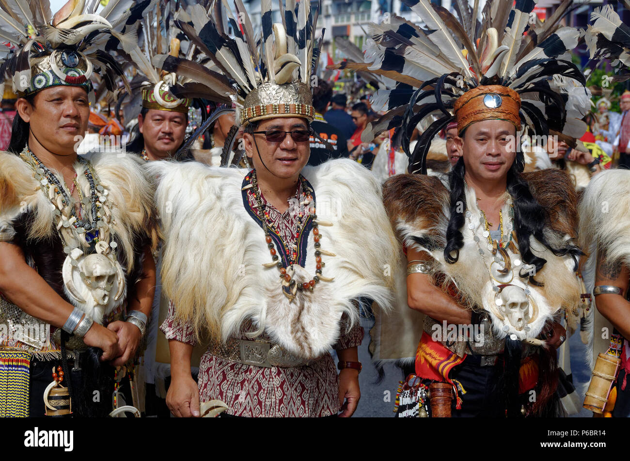 best sneakers 43cd9 27300 Iban Mann in traditioneller Kleidung, Gawai Festival ...