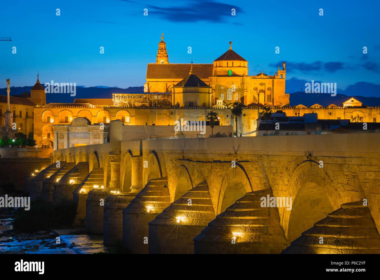 Cordoba Spanien, Blick in der Nacht über die Römische Brücke (Puente Romano) in Richtung der Kathedrale Moschee (Mezquita) in Cordoba, Andalusien, Spanien. Stockbild