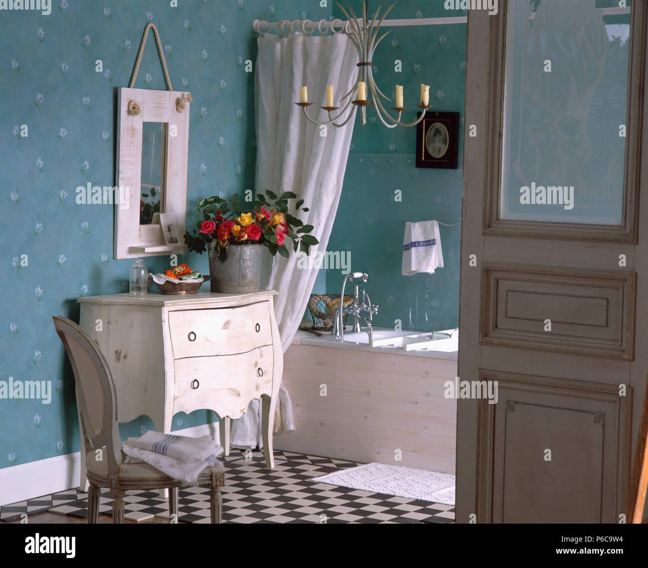 Bemalte bug-vorne-von-Schubladen neben Badewanne im ...