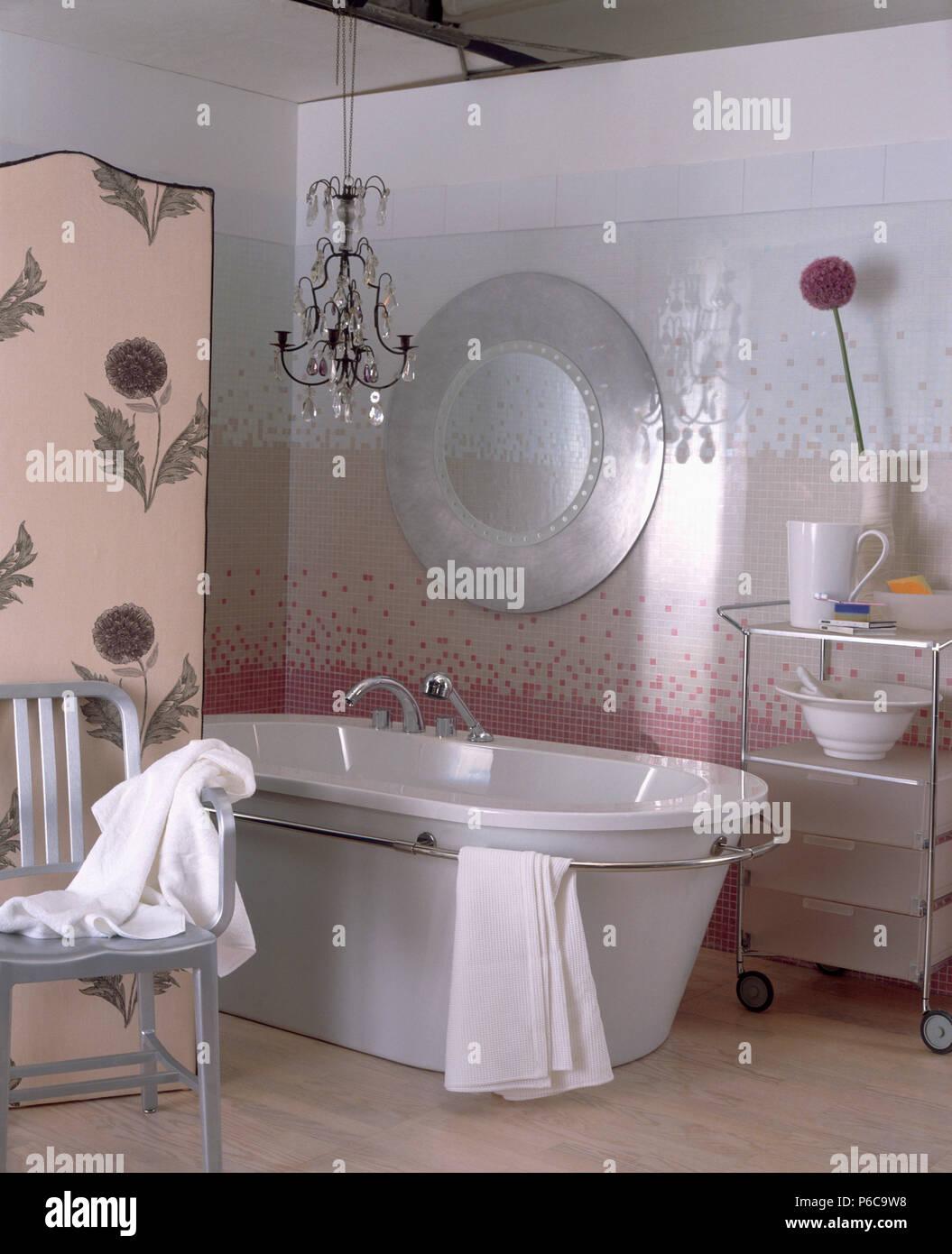 Einfache Kronleuchter und moderne Badewanne im Badezimmer ...