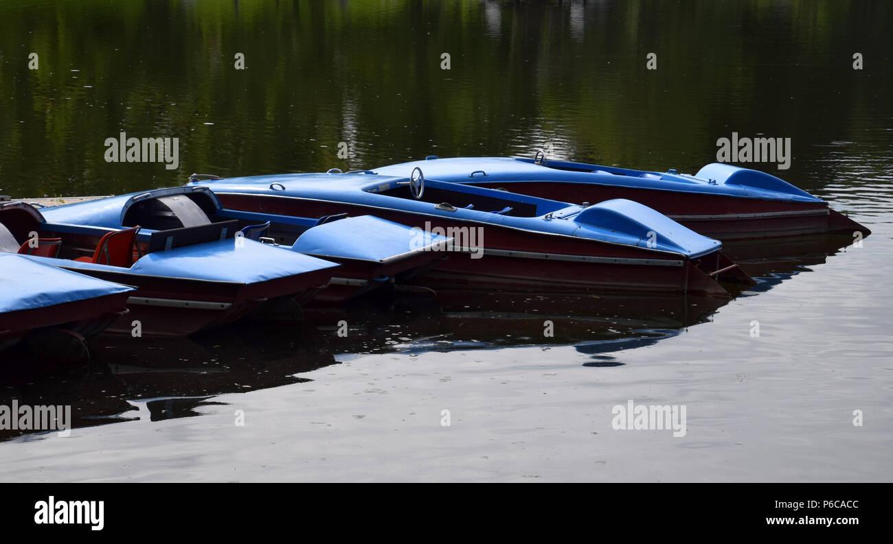Alte und Vintage blau Tretboote auf einem See in Bayern, nostalgischen Tretboote für Miete und Baden Stockbild
