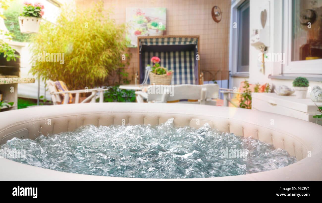 Ein Whirlpool ist auf der überdachten Terrasse. Zu Hause im ...