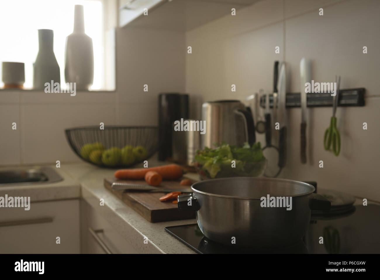 Pfanne auf Induktions-kochfeld in der Küche Stockfoto