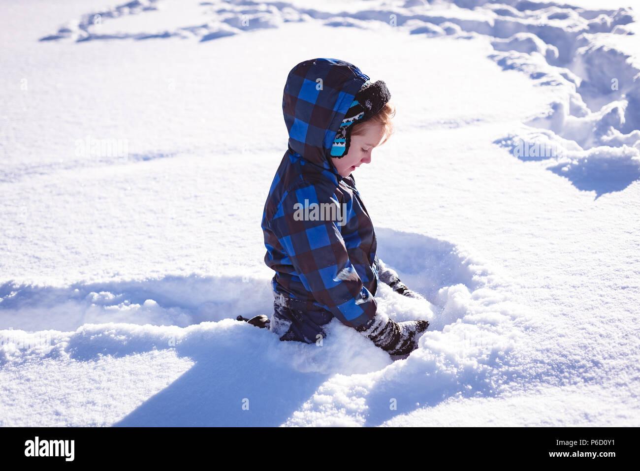 Süße Mädchen spielen im Schnee. Stockfoto