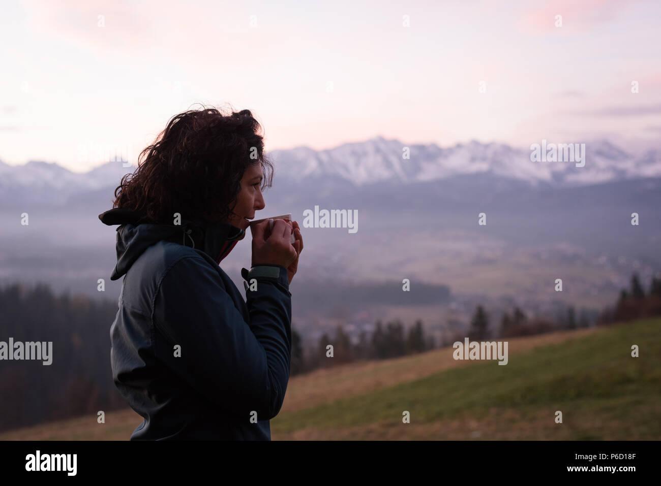 Nachdenkliche Frau Kaffee mit Landschaft Stockfoto