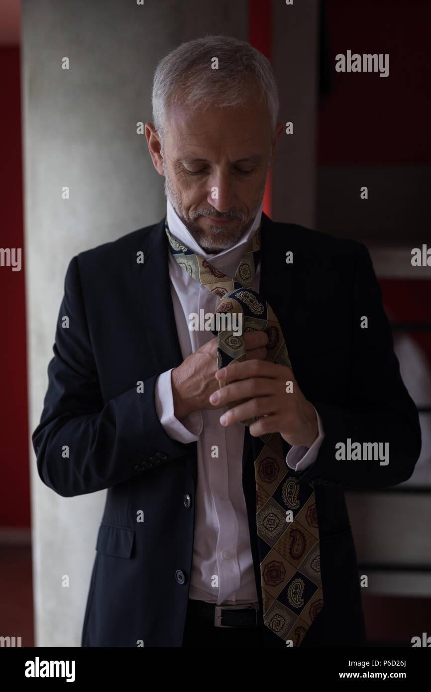 Geschäftsmann, seine Krawatte zu binden Stockbild