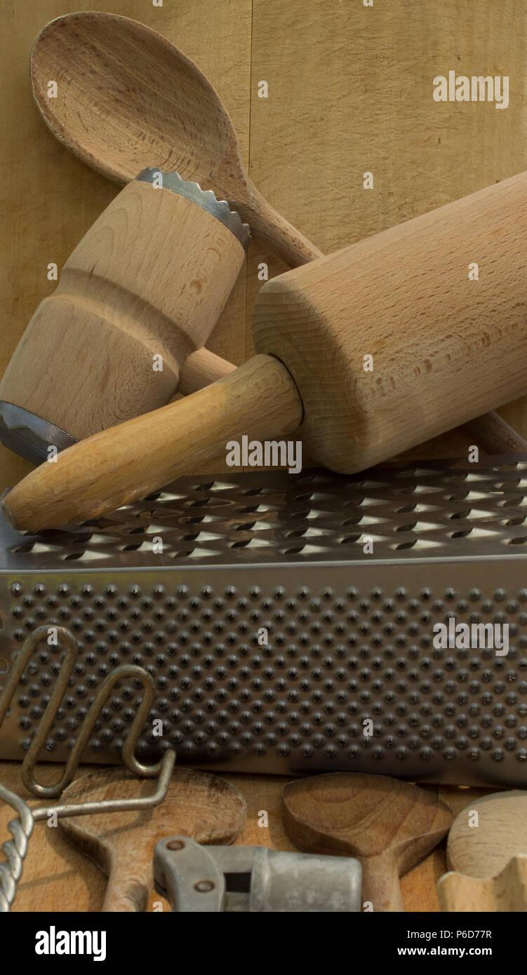 Landliche Alte Kuchengerate Auf Vintage Beplankten Holz Tisch Von Oben Stockfotografie Alamy