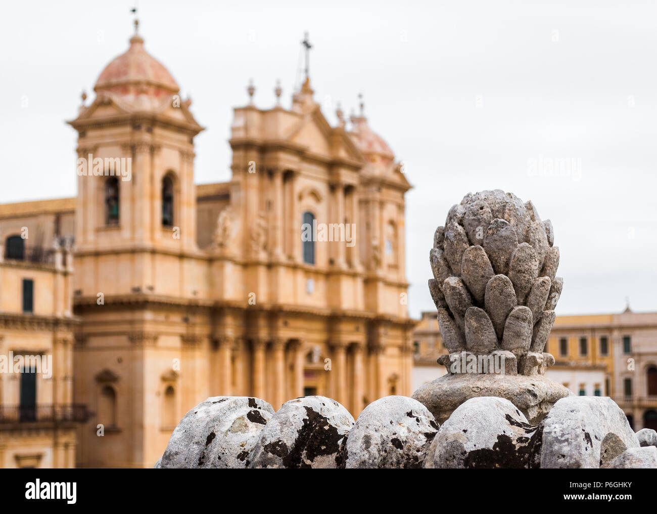 Barocke Ornament in Erice (Sizilien, Italien); im Hintergrund verschwommen Blick auf die Kathedrale. Stockbild