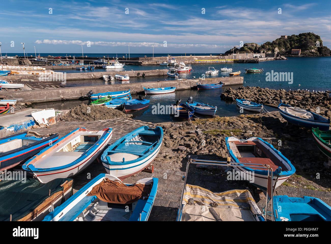 Kleiner Hafen in Aci Trezza (Sizilien, Italien); die Insel Lachea im Hintergrund Stockbild