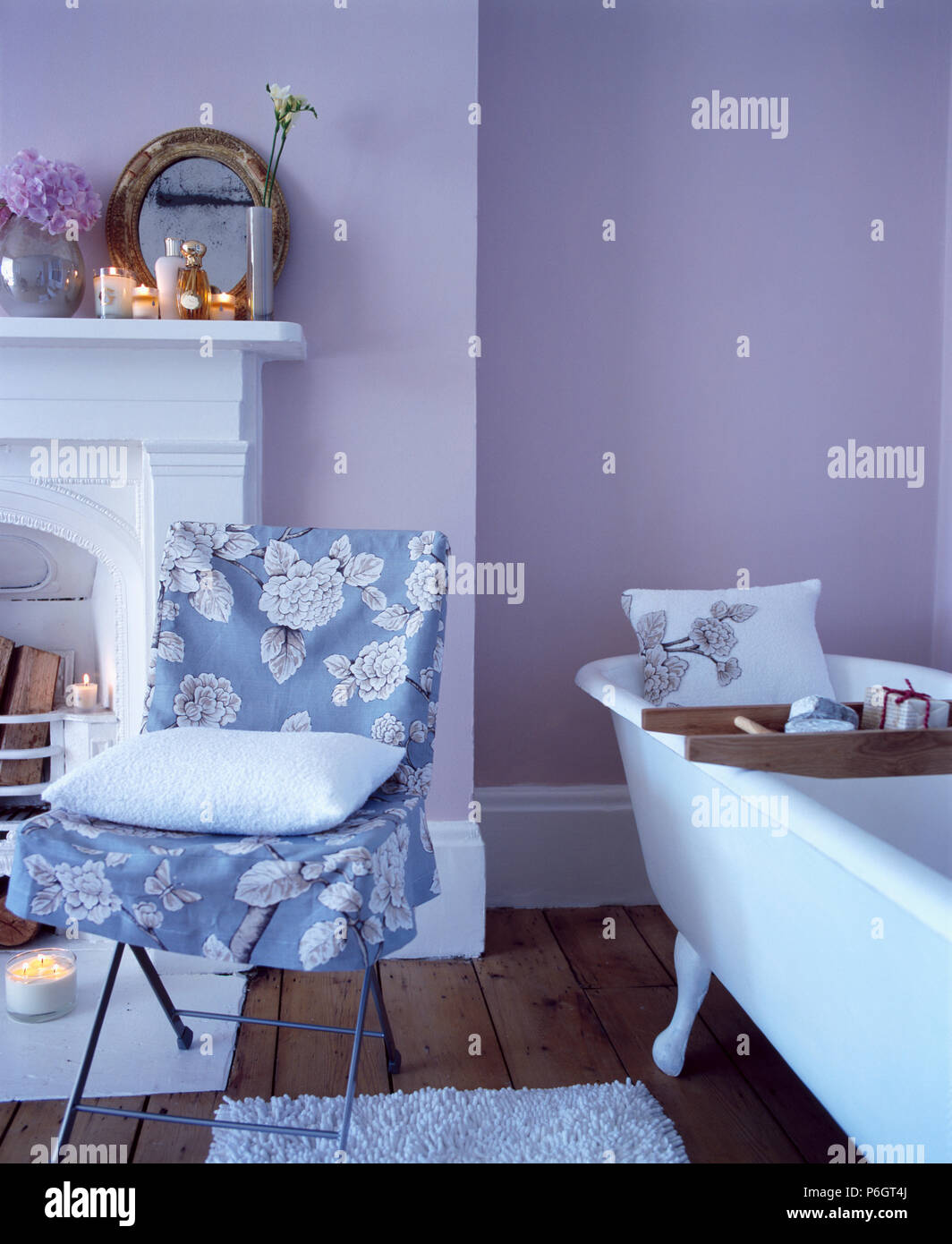 Blau Weiss Blumen Lose Abdeckung Auf Stuhl Neben Freistehenden