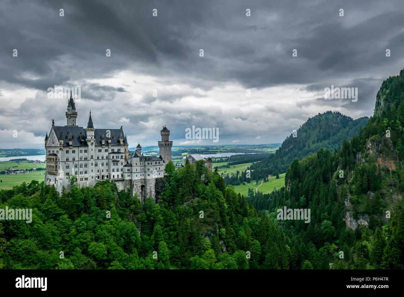 Schloss Neuschwanstein genannt mit viel Bäume und Berge im Hintergrund in Bayern Stockbild