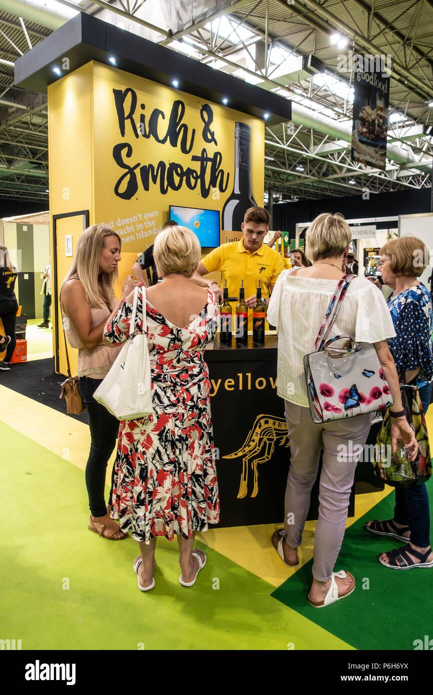 Barkeeper gießen Proben von Yellow Tail ([Yellow Tail]) Weine für die Besucher des Gutes Essen Sommer Show im NEC, Birmingham, England, Großbritannien Stockbild