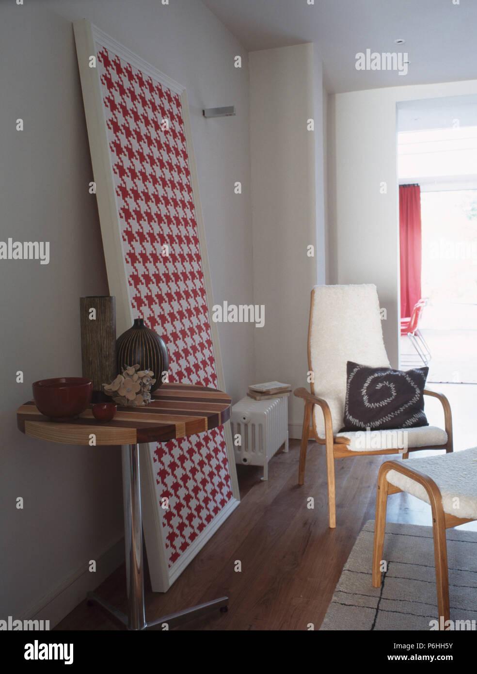 Kleiner Runder Bistro Tisch in der modernen Wohnzimmer mit großen ...