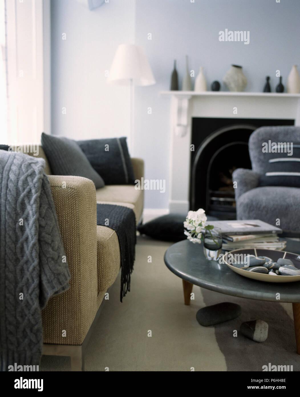 Grau Gestrickt Werfen Auf Beige Sofa In Hellem Grau Wohnzimmer Mit