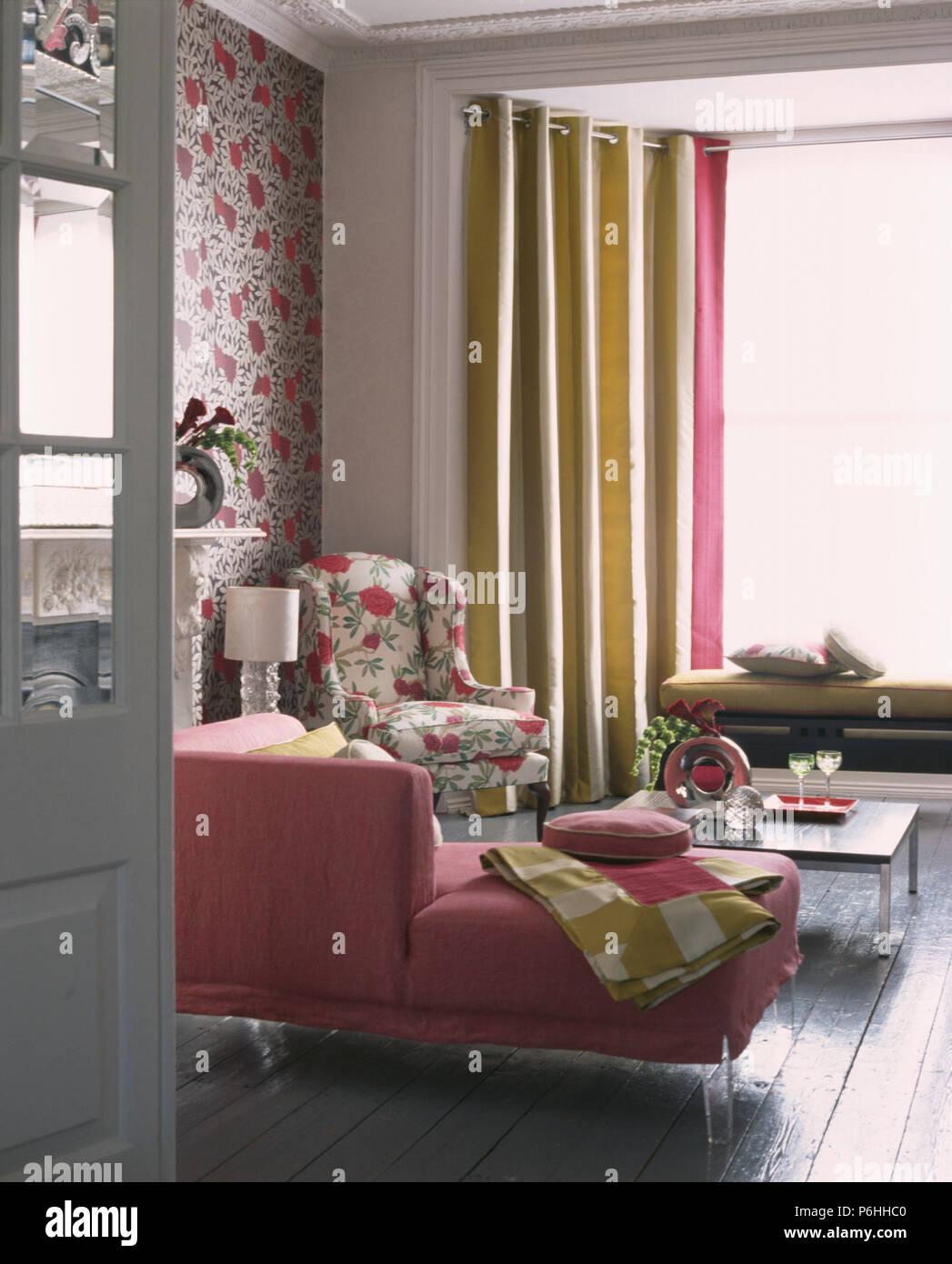 Rosa Sofa und Tapete in modernes Wohnzimmer mit breit gestreiften ...