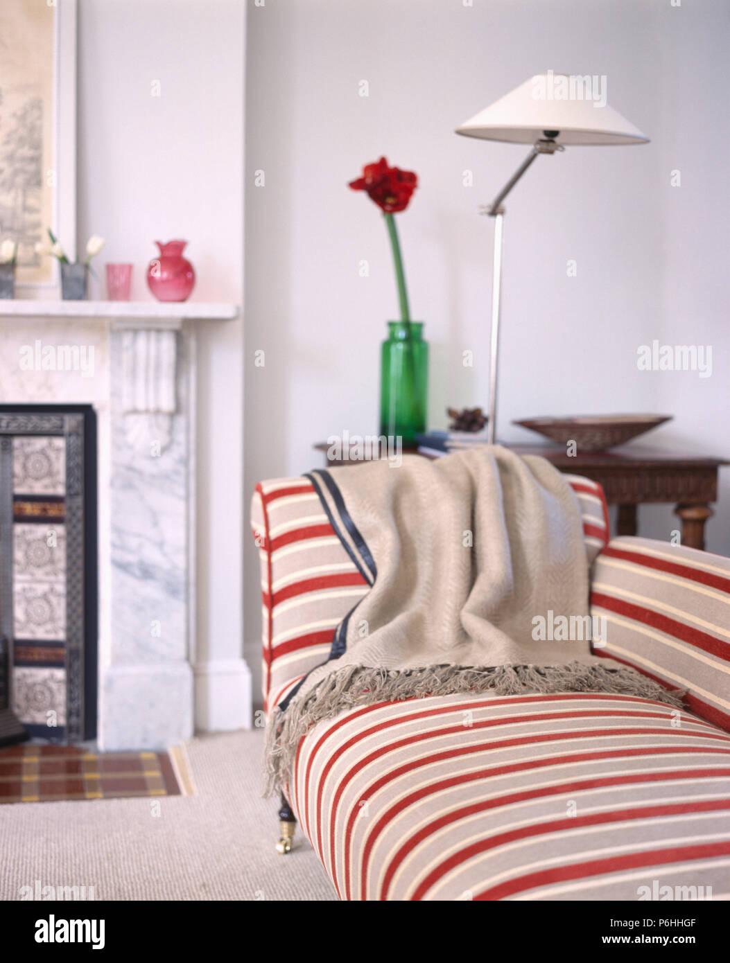 Sahne Wolle Werfen Auf Rot Beige Gestreiften Sofa In Modernes