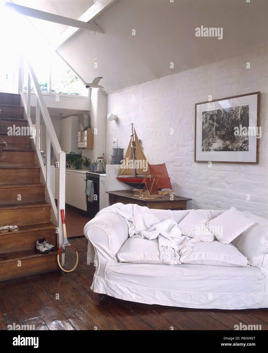 Entzuckend Weiß Lose   Abdeckung Auf Sofa Im Offenen Haus Wohnzimmer Und Küche Mit Dunklen  Holzböden