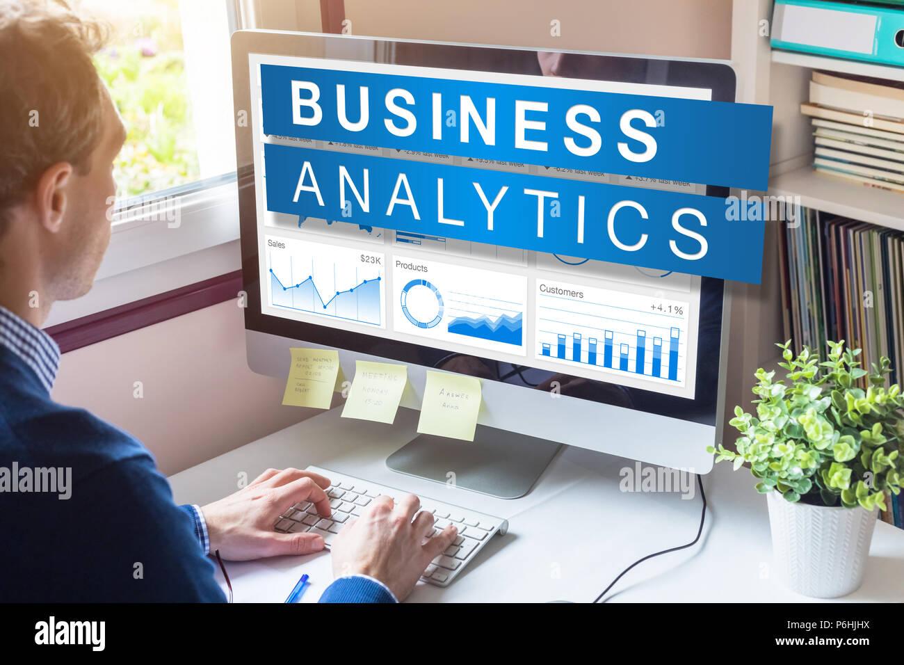 Business Analytics und Metriken, die für die strategischen Entscheidungen über Einblicke, Data Mining und Modeling Technologie, Analyst Geschäftsmanns, der auf der Grundlage eines Stockbild