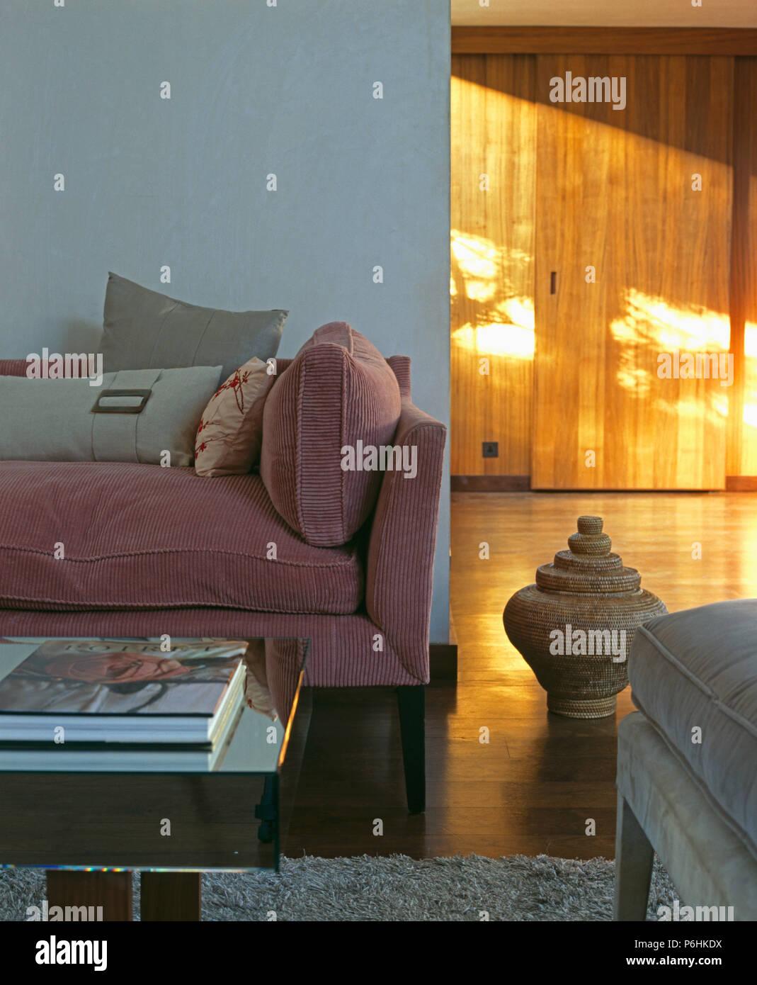 Eitelkeit Wohnzimmer Grau Rosa Foto Von Cord Sofa Mit Kissen In Loft Conversion