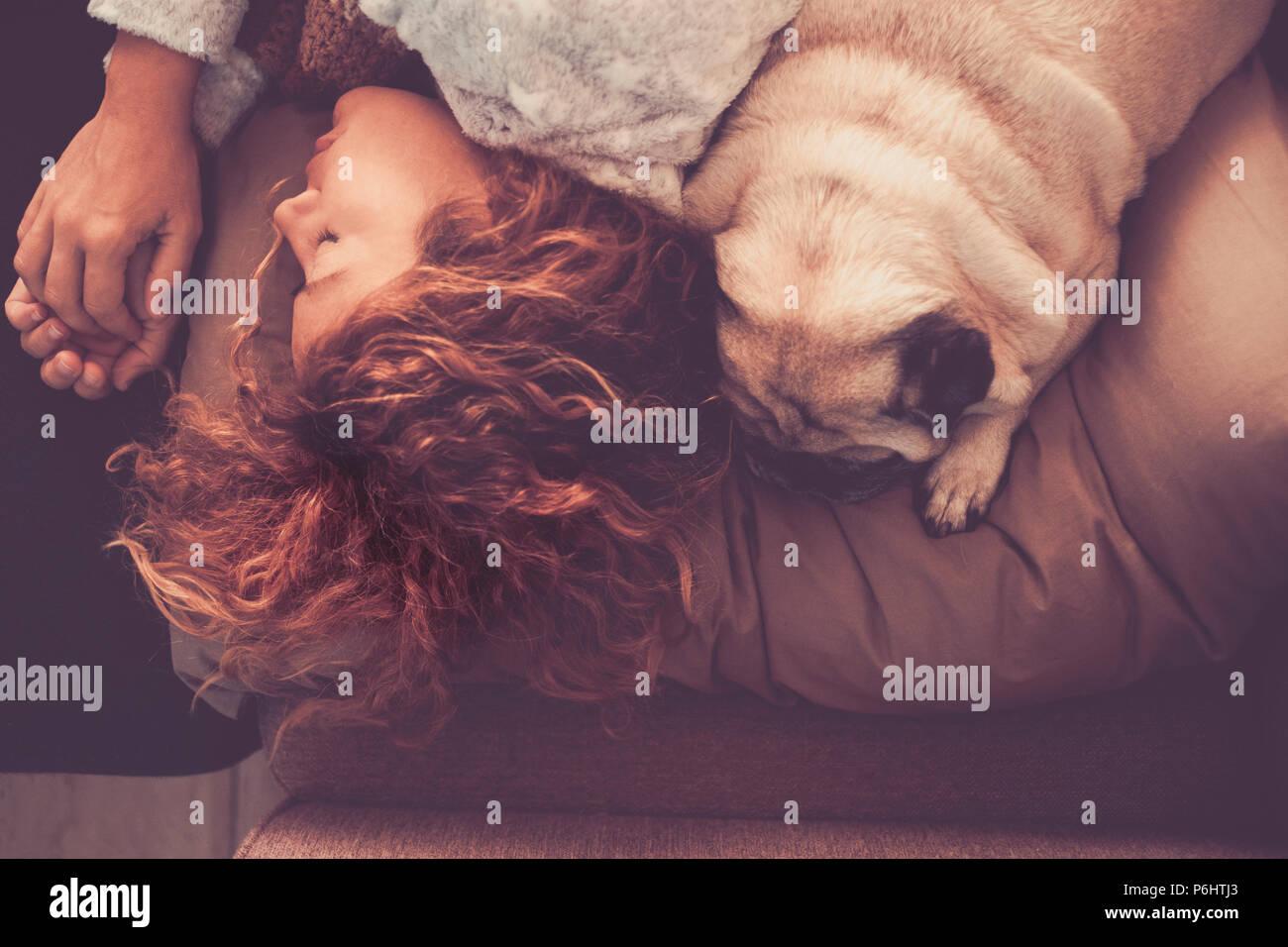 Freundschaft und Beziehung Konzept mit jungen schönen Frau und schöne Mops Hund zusammen Schlafen auf dem Bett am Morgen. näher mit Liebe und Swee Stockbild