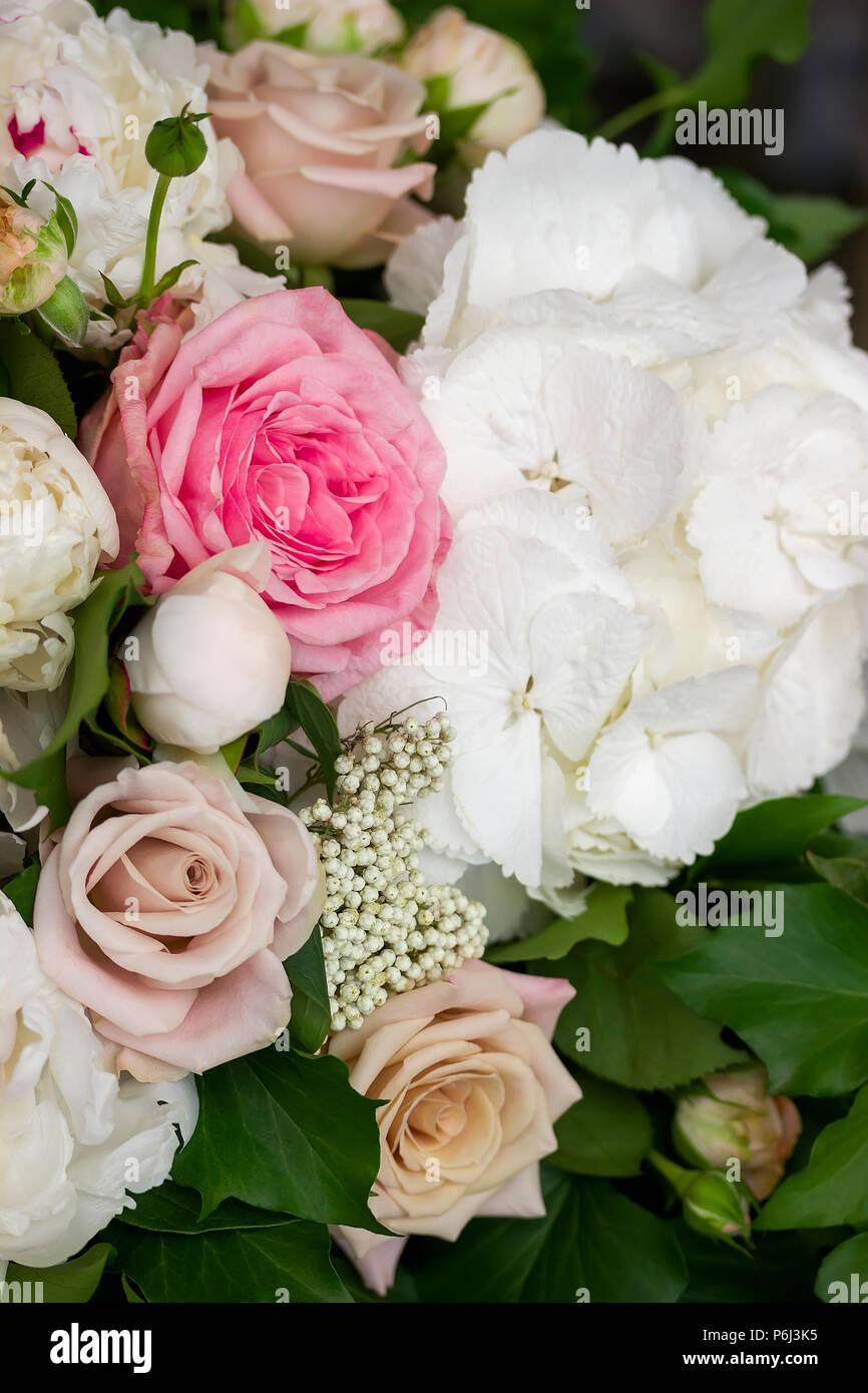 Rosen Und Pfingstrosen Blumen Brautstrauss Dekoration Stockfoto