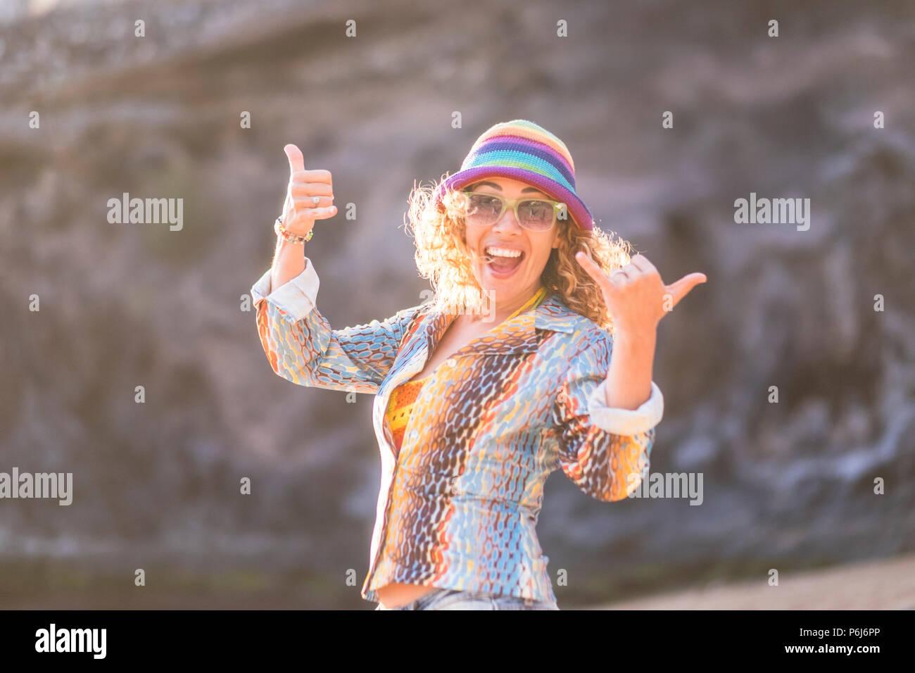 Happy schönes Modell unter der Sonne im Urlaub oder Outdoor Freizeitaktivitäten Aktivität. Lächeln und Lachen in die Kamera. Farbenfrohe Kleidung wie hippy Stil. Ni Stockbild