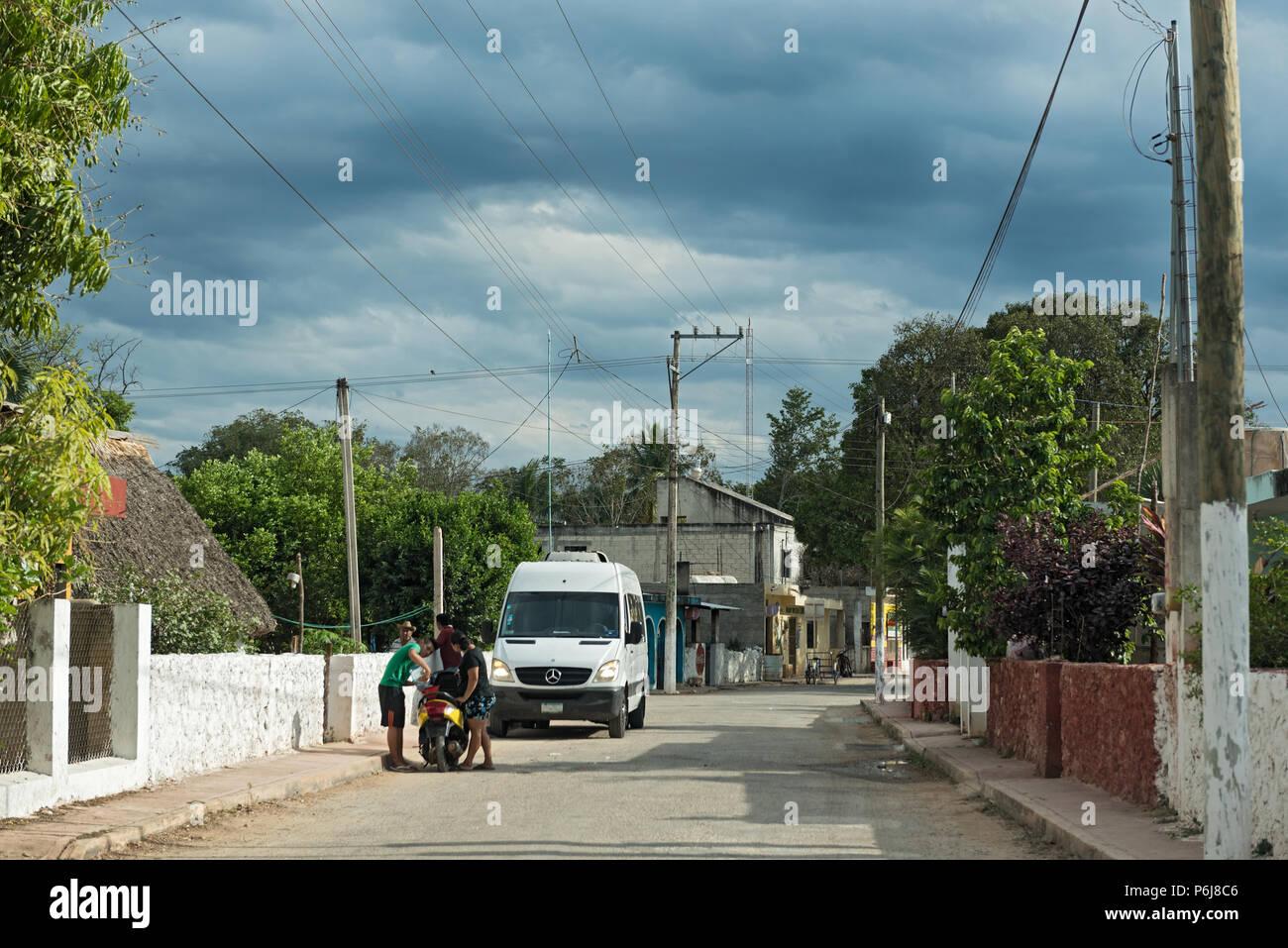 Straße in die kleine Stadt Santa Elena, Yucatan, Mexiko Stockbild