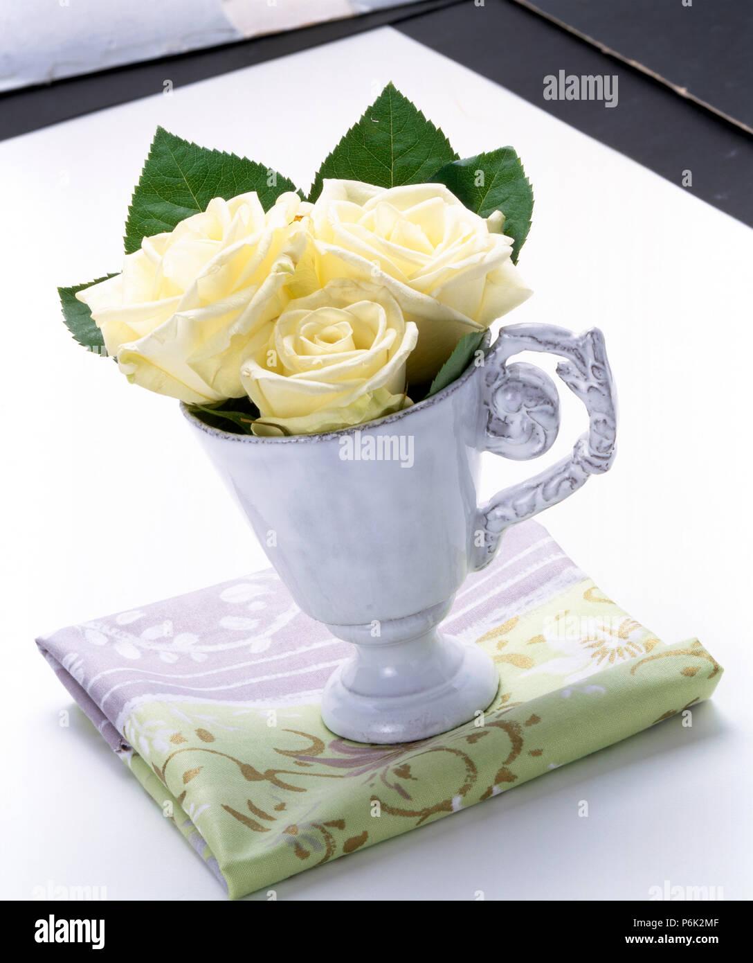 Still Leben Der Weißen Rosen In China Becher Auf Der Wunderschön