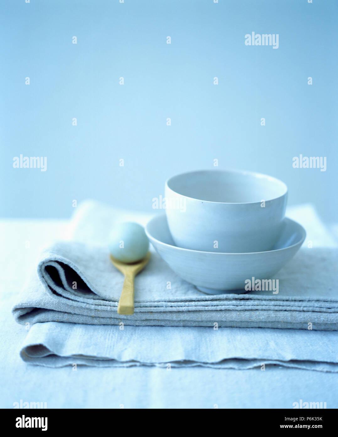 Close-up von zwei weiße Keramik Schalen auf gefaltete Leinentüchern Stockfoto