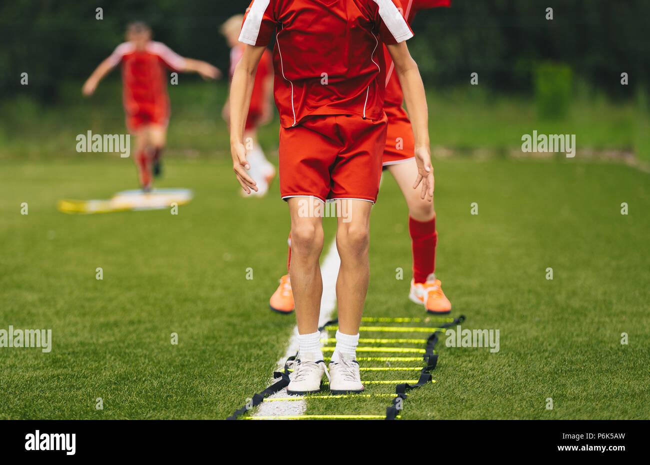 Die Jungen Athleten Training Mit Fussball Ausrustung Das