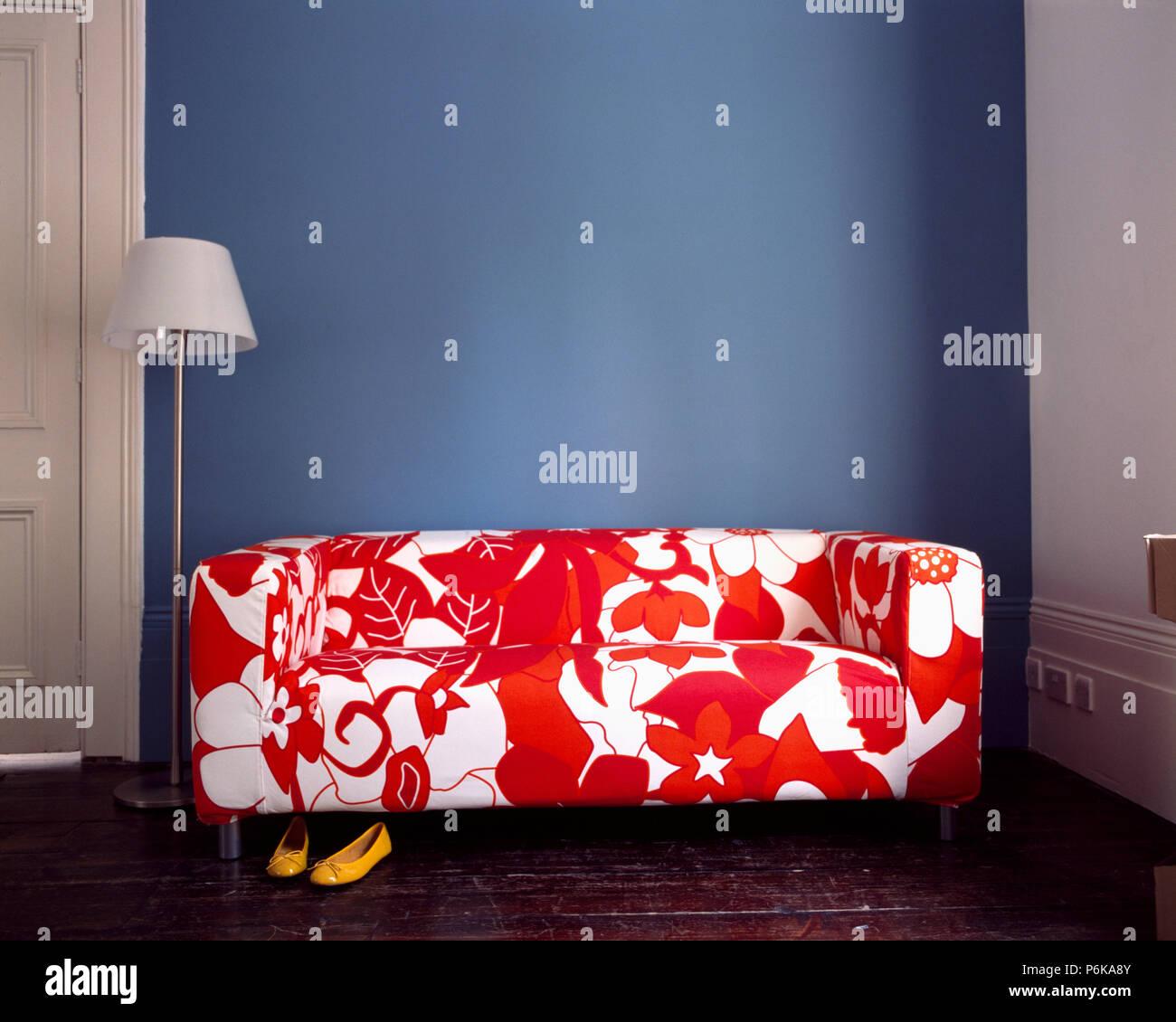 In Der Nahe Von Modernes Rot Weiss Gemusterten Sofa Stockfoto Bild