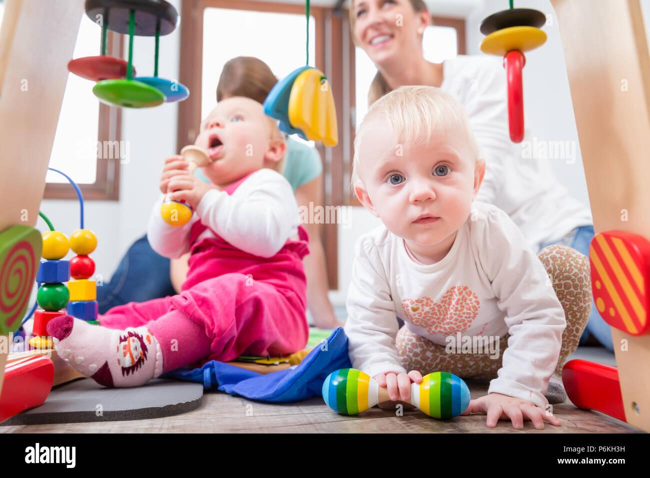 Cute Baby girl zeigt Fortschritte und Neugier Stockfoto