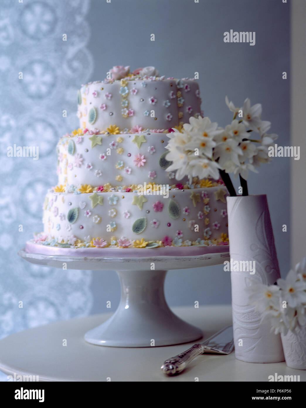 In Der Nahe Von Drei Tier Iced Geburtstag Kuchen Mit Puderzucker