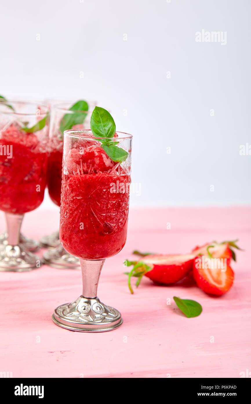 Sommer erfrischende Erdbeer Sorbet, Schneematsch granita Drink in das Glas. Gesunde kalorienarme Sommer behandeln, Dessert. Eisgekühlten Cocktail auf Rosa backgrou Stockfoto