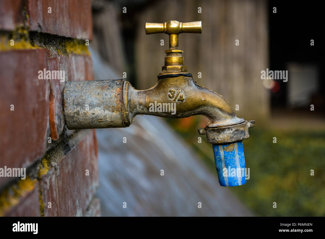 Alten und gebrauchten Vintage Wasserhahn isoliert. Profil von Bronze ...