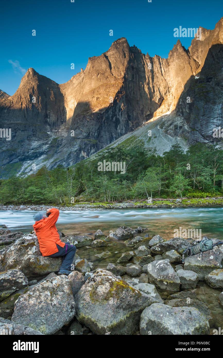 Outdoor Fotografen, die Bilder von der schönen Landschaft im Tal Romsdalen, Møre og Romsdal, Norwegen. Stockbild