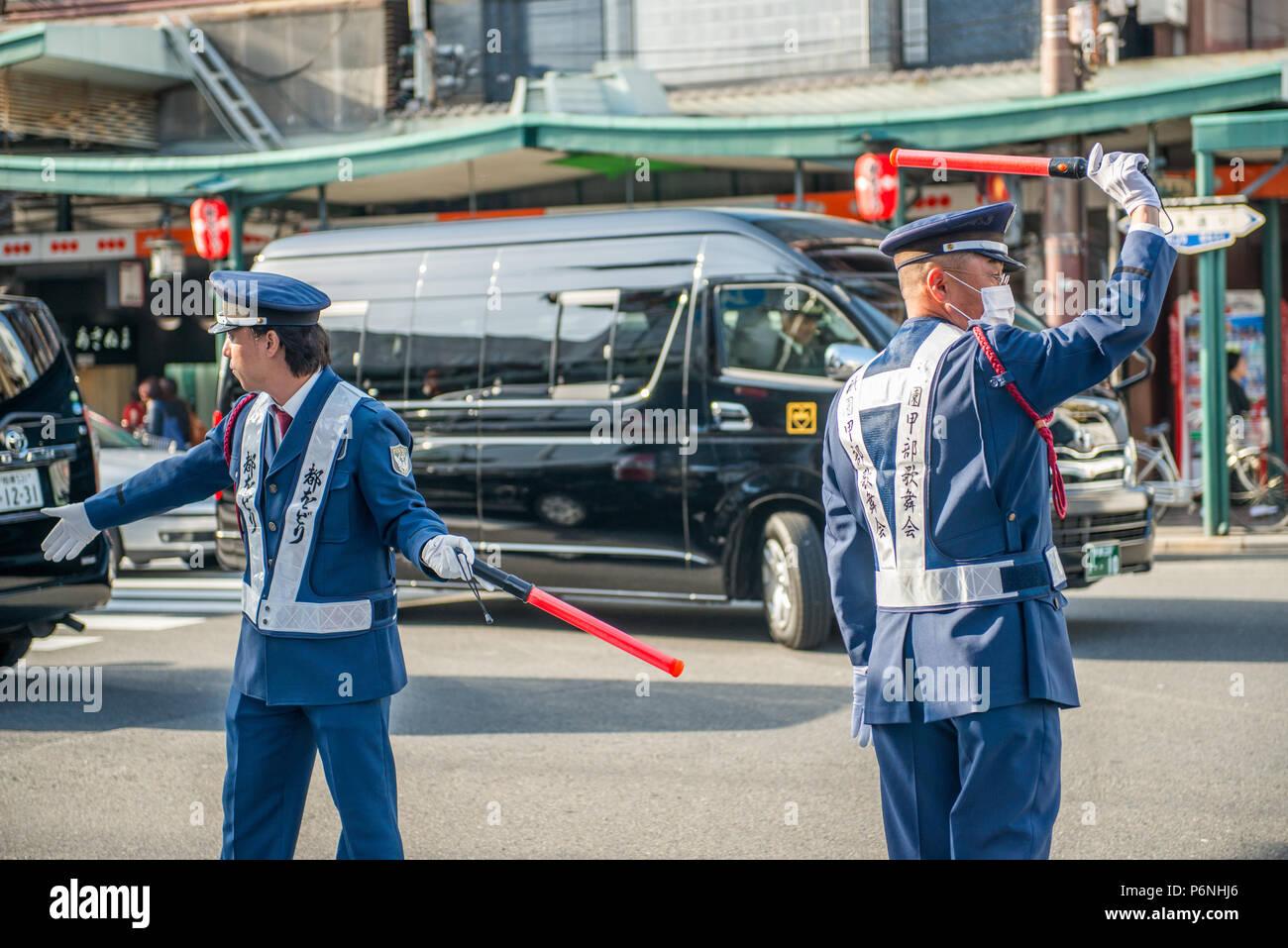 Die japanische Polizei in Aktion an einer belebten Straße im Stadtteil Gion von Kyoto Stockbild